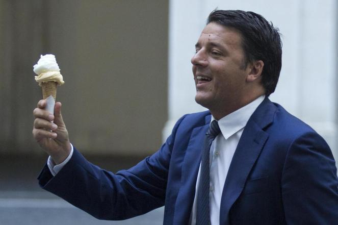 Matteo Renzi offre il gelato ai giornalisti alla fine del Consiglio dei Ministri